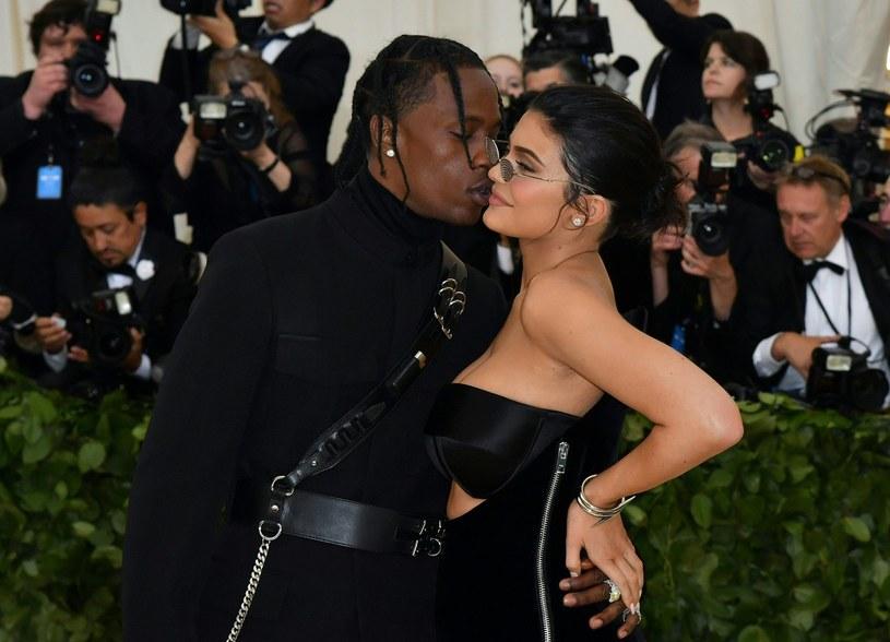 """Travis Scott i Kylie Jenner to bohaterowie najnowszej okładki magazynu """"GQ"""". Raper i celebrytka opowiedzieli m.in. o tym, jak się poznali."""