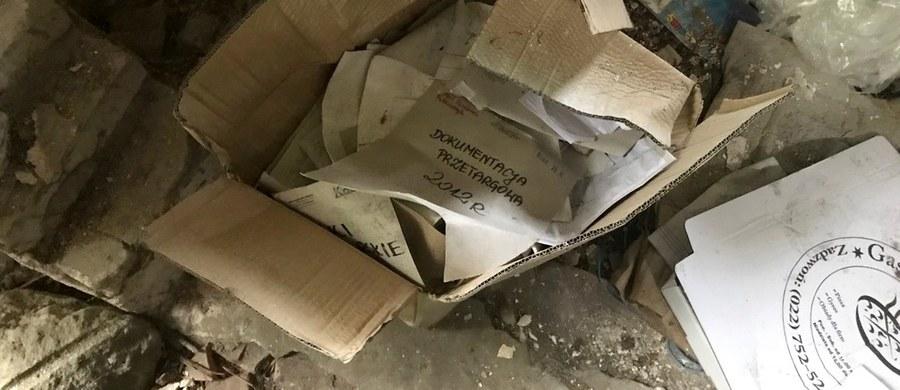 Budynek obory dawnego PGR-u w Gołaszewie wykorzystywała warszawska firma zajmująca się ochroną przeciwpożarową - dowiedział się reporter RMF FM. W porzuconym gospodarstwie w poniedziałek popołudniu policjanci znaleźli nadpalone i zamoczone dokumenty, w tym akta sądu w Wołominie, karty do głosowania do Sejmu i Senatu oraz dokumentację przetargową Miejskiego Przedsiębiorstwa Oczyszczania w Warszawie.