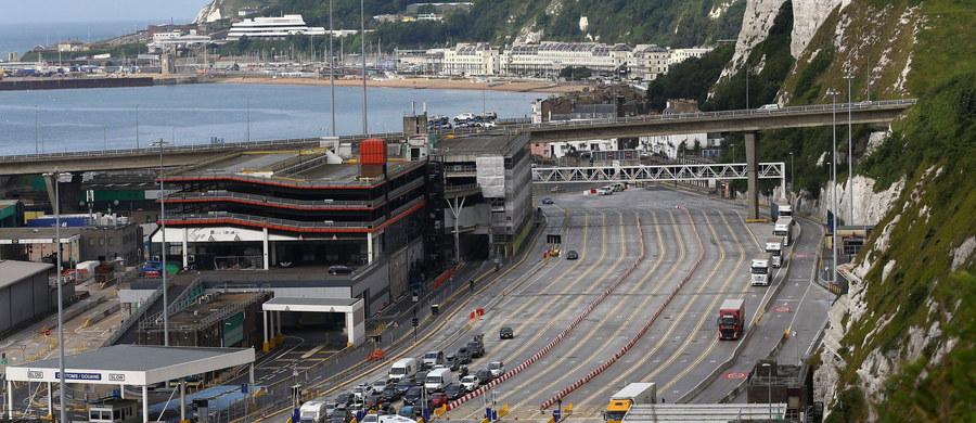 Politycy i ekonomiści po obu stronach kanału La Manche ostrzegają przed Brexitem. Chodzi o porty w Calais i Dover, które codziennie obsługują 16 tys. ciężarówek przewożących towary. Największe zagrożenie to kolejki po obu stronach kanału, które mogą doprowadzić do paraliżu niezwykle ważnych dla brytyjskiej i francuskiej gospodarki obiektów.