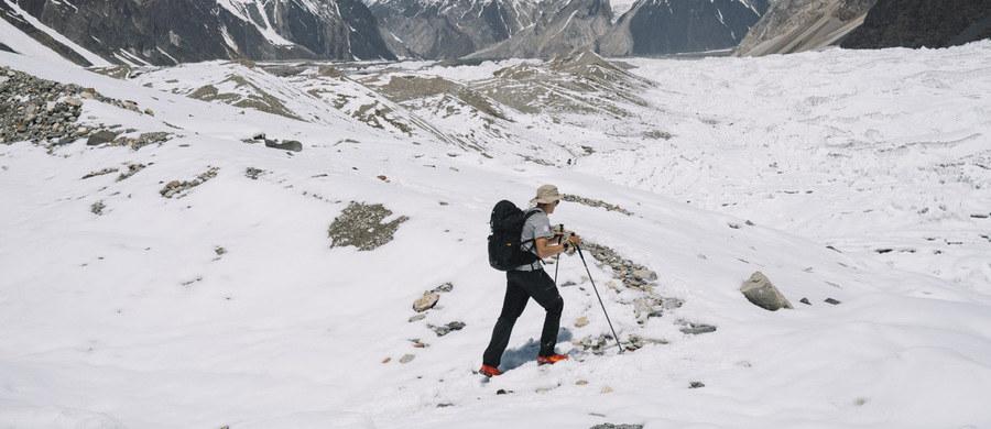 Andrzej Bargiel, który zamierza jako pierwszy na świecie zjechać na nartach z drugiego szczytu świata K2, ruszył w czwartkowe popołudnie do ataku szczytowego. Musiał go przesunąć ze względu na złe warunki pogodowe. Jeśli jednak wszystko pójdzie zgodnie z jego planem, powinien na wierzchołku stanąć 21 lipca.