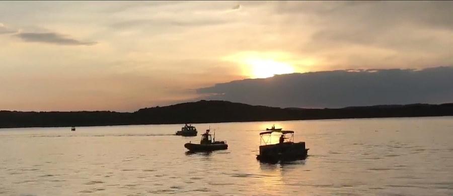 Co najmniej jedenaście osób zginęło w wypadku łodzi, do którego doszło w czwartek wieczorem czasu lokalnego na jeziorze Table Rock w Branson w stanie Missouri w USA. Kilka osób trafiło do szpitala, a kilka kolejnych wciąż jest poszukiwanych - poinformowały lokalne władze. W sumie na pokładzie było 31 osób.