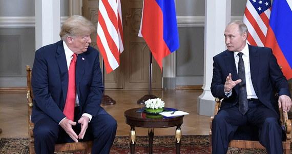 """""""Nie wiem, co stało się na tym spotkaniu"""" - przyznał szef amerykańskiego wywiadu Dan Coats, odnosząc się do poniedziałkowych rozmów w Helsinkach prezydentów USA Donalda Trumpa i Rosji Władimira Putina. W czasie wspólnej konferencji prasowej po tym spotkaniu ze strony Trumpa padło kilka budzących kontrowersje wypowiedzi. Prezydent USA stwierdził m.in. - wbrew ustaleniom amerykańskiego kontrwywiadu - że nie widzi żadnego powodu, by wierzyć, że Rosja ingerowała - na jego korzyść - w przebieg amerykańskich wyborów prezydenckich w 2016 roku."""