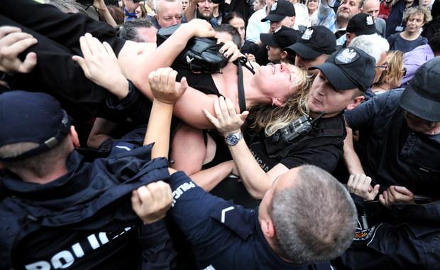 18 osób wylegitymowano, w sprawie 17 do sądu trafią wnioski o ukaranie, 3 osoby odpowiedzą za malowanie na ścianie budynku, a pozostałe za pomocnictwo - podał rzecznik stołecznej policji kom. Sylwester Marczak, odnosząc się do protestów, które odbyły się przed Sejmem w nocy z czwartku na piątek.