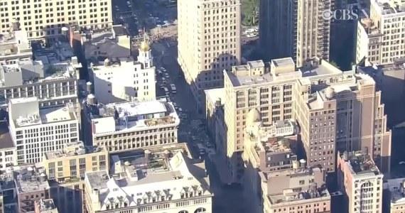 Spory krater utworzył się na Manhattanie po rozszczelnieniu i wybuchu rurociągu ciepłowniczego. W sprawie wszczęto śledztwo, a służby przystąpił do oględzin miejsca zdarzenia. Władze miasta zaapelowały do mieszkańców o wyrzucenie ubrań, które pokrył pył. Burmistrz Nowego Jorku Bill de Blasio obiecał zwrot kosztów za zniszczoną odzież. W zdarzeniu nikt poważnie nie ucierpiał. Rurociąg miała około pół metra średnicy i został ułożony w 1932 roku.