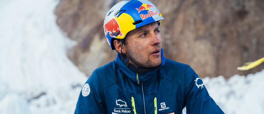Andrzej Bargiel i Janusz Gołąb sukcesywnie wspinają się w kierunku wierzchołka K2. Dotarli już do obozu trzeciego na wysokości 7 tysięcy metrów. 30-letni zakopiańczyk chce jako pierwszy na świecie zjechać z tego drugiego szczytu Ziemi (8611 m) na nartach! Himalaiści planowali stanąć na wierzchołku K2 w sobotę - niewykluczone jednak, że plany pokrzyżuje pogoda.