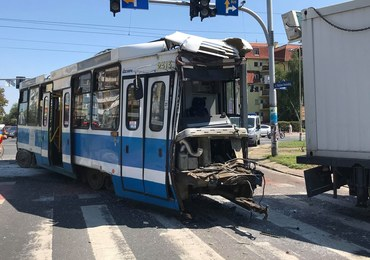 Zderzenie tramwaju z ciężarówką w centrum Wrocławia. Są ranni