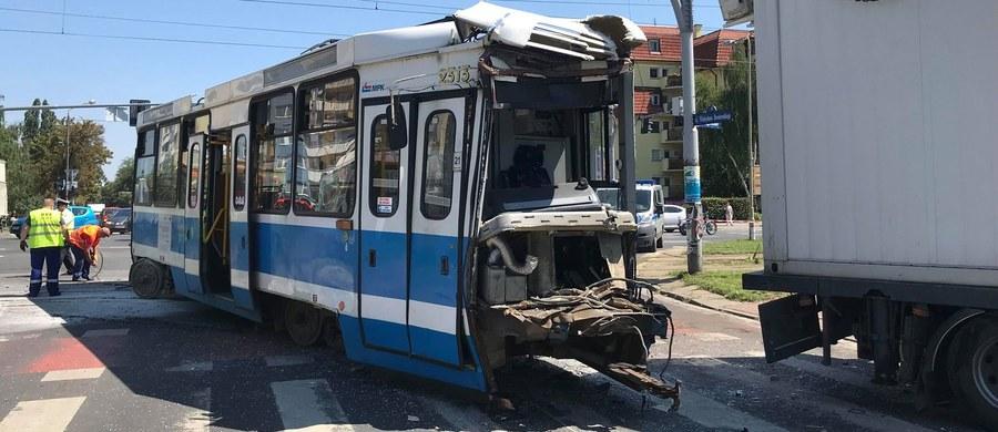 Dziewięć osób zostało poszkodowanych - to ostateczny bilans zderzenia tramwaju z samochodem ciężarowym we Wrocławiu. Do szpitala trafiły trzy osoby - motorniczy, kobieta w ciąży i dziecko.