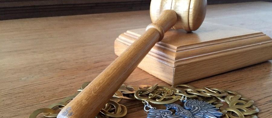 Rzeszowski sąd rejonowy zdecydował w piątek o dwumiesięcznym areszcie dla trzech osób podejrzanych w śledztwie dot. przywłaszczenia prawie 30 mln złotych na szkodę Sądu Apelacyjnego w Krakowie. Postanowienie sądu nie jest prawomocne, co oznacza, że strony mogą złożyć zażalenie, ale jest wykonalne, czyli że podejrzani od razu trafiają do aresztu.