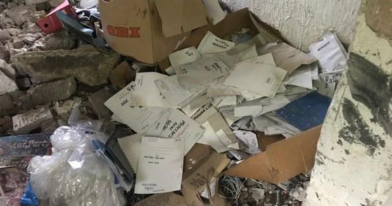 W śledztwie w sprawie akt sądowych i kart do głosowania palonych w oborze w Gołaszewie (Mazowieckie) trwają oględziny kilku ton dokumentów. Firma, która miała palić akta w ramach eksperymentu naukowego, sama zgłosiła się na policję.