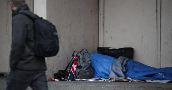 Od połowy października zamieszkiwanie w przestrzeni publicznej będzie na Węgrzech uznawane za złamanie przepisów. Takie zapisy zawiera przyjęta przez parlament poprawka do kodeksu wykroczeń. Ta ustala specjalną procedurę postępowania wobec bezdomnych.