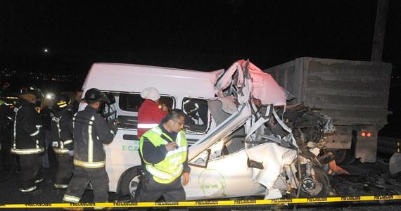 Tragedia na meksykańskiej autostradzie. Na trasie łączącej stolicę Meksyku z miastem Pachuca w centralnej części kraju zderzyły się minibus i ciężarówka. Na miejscu zginęło 12 osób, jedna zmarła w szpitalu.