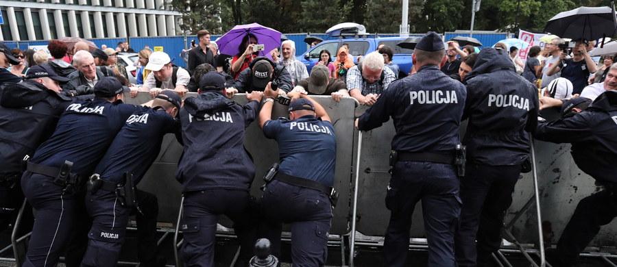 Cztery osoby zostały zatrzymane przez stołeczną policję po protestach przed Sejmem przeciwko przyjętym głosami PiS zmianom w sądownictwie. Podczas działań rannych zostało dwóch policjantów. Mężczyźni usłyszeli zarzuty.