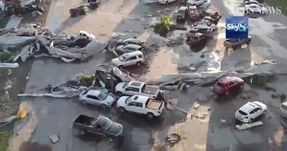 Kilka miast w stanie Iowa szacuje straty dokonane przez niszczycielskie tornada, które przeszły nad regionem. Zniszczenia są ogromne. Uszkodzonych zostało wiele budynków i setki samochodów. Silny wiatr ranił także co najmniej 17 osób. Jak podały służby meteorologiczne, w ciągu doby na Iowa przeszło 27 tornad.