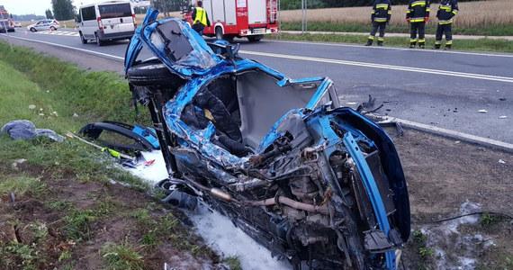 Policjanci ze Zwolenia w ostatniej chwili uratowali 19-letniego kierowcę, który był zakleszczony w płonącym samochodzie na drodze krajowej nr 79 w miejscowości Sydół na Mazowszu.