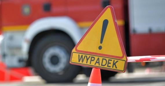 Cztery osoby - w tym 14-latka - trafił do szpitalu po wypadku na autostradzie A4 w kierunku Krakowa w Mysłowicach (Śląskie). Przez półtorej godziny ruch był tam wstrzymany.