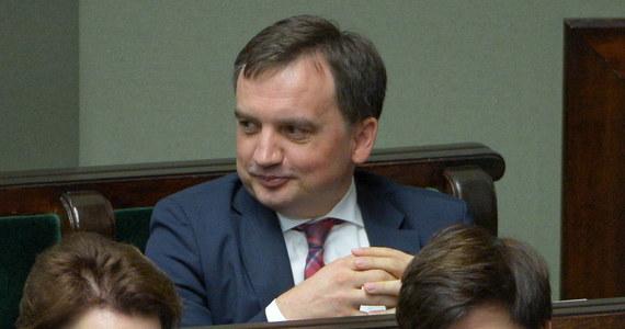 """Opozycja przegrała bitwy o sądy - powiedział minister sprawiedliwości Zbigniew Ziobro. Szef MS przekonywał jednocześnie, że konieczna była szybka nowelizacja przepisów o sądownictwie, ponieważ rząd nie może nie reagować na """"próbę storpedowania procesu zmian""""."""