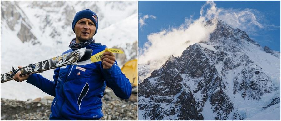 Przed nim nie dokonał tego nikt: Andrzej Bargiel jako pierwszy człowiek w historii zjechał z K2 na nartach! A to już kolejny tego typu wyczyn w jego wykonaniu. W 2013 roku zakopiańczyk - jako pierwszy Polak w historii - zdobył inny ośmiotysięcznik, Shishapangmę, na nartach i zjechał z jego wierzchołka. W kolejnym roku w rekordowo krótki czasie wszedł na szczyt Manaslu, po czym jako drugi człowiek w historii zjechał z tego szczytu na nartach. Z kolei w 2015 roku Bargiel - jako pierwszy człowiek na świecie - zjechał na nartach z Broad Peaka!