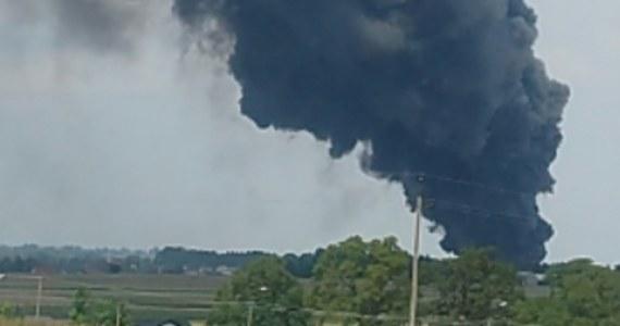 Doszczętnie spalona hala i przylegające do niej biura - to bilans pożaru w Głogowie koło Torunia w Kujawsko Pomorskiem. Na miejscu dogasza go jeszcze ponad 30 zastępów straży. Ogień wybuchł na terenie zakładu przetwórstwa tworzyw sztucznych. Słup czarnego dymu był widoczny z kilkunastu kilometrów.