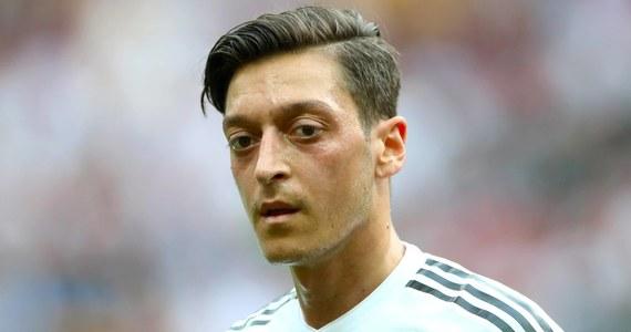 Mesut Oezil zrezygnował z gry w reprezentacji Niemiec. 29-letni piłkarz, mistrz świata z 2014 roku, wydał oświadczenie, w którym swoją decyzję uzasadnił krytyką i atakami na niego po wspólnym zdjęciu z prezydentem Turcji Recepem Tayyipem Erdoganem przed mundialem.