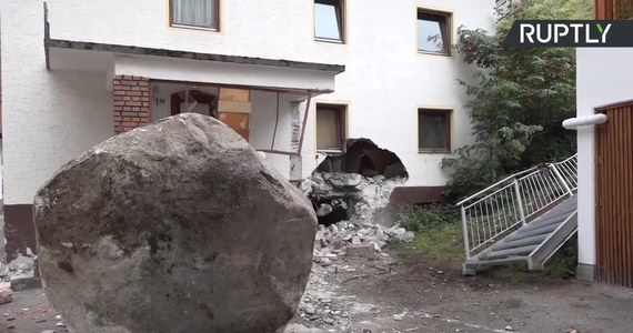 20-tonowy głaz stoczył się z góry i wbił w dom leżący u jej podnóża w austriackim kurorcie narciarskim Solden. Kamień pokonał około 200 metrów, po drodze przebijając się przez ogrodzenie. W zdarzeniu nikt nie został ranny.