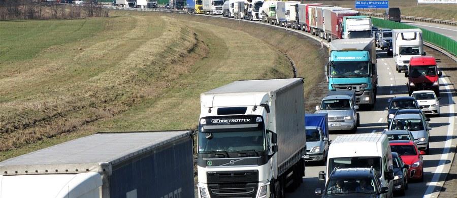 Kilka godzin potrwają jeszcze prace porządkowe na Autostradowej Obwodnicy Wrocławia, gdzie o poranku ciężarówka uderzyła w bariery energochłonne. Do wypadku doszło między węzłami Wrocław Stadion i Wrocław Północ.