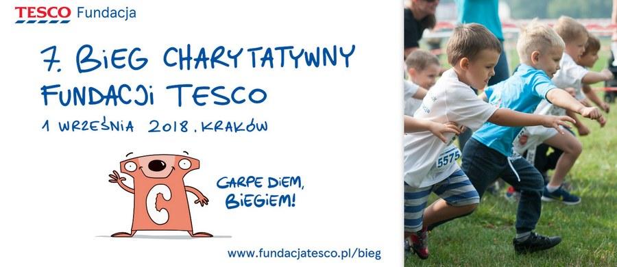 Chwytaj dzień i to biegiem! Kolejna edycja Biegu Charytatywnego Fundacji Tesco zbliża się wielkimi krokami! 1 września na krakowskich Błoniach spotkają się rodziny z dziećmi, mieszkańcy Krakowa, jak i wszyscy miłośnicy biegania, którzy połączą swoje siły i sportowe pasje, by wspomóc najmłodszych potrzebujących - pacjentów Uniwersyteckiego Szpitala Dziecięcego w Krakowie. Celem tegorocznego biegu jest zebranie środków na zakup pierwszej sztucznej nerki przeznaczonej dla najmłodszych pacjentów z Małopolski.