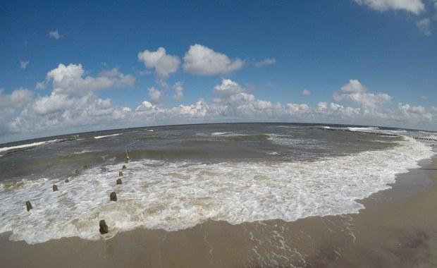 Sinice wciąż utrudniają turystom wypoczynek nad Bałtykiem. Jest lepiej niż w zeszłym tygodniu, gdy zamkniętych było ponad 20 kąpielisk, ale i tak sytuacja daleka jest od ideału.