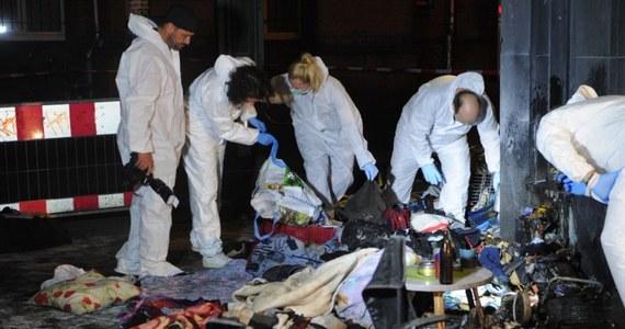Dwaj nieznani sprawcy oblali w niedzielę późnym wieczorem płynem i podpalili dwóch bezdomnych oraz ich dobytek na stacji kolei miejskiej Schoeneweide w Berlinie. Zaatakowani doznali ciężkich poparzeń i przebywają w szpitalu.