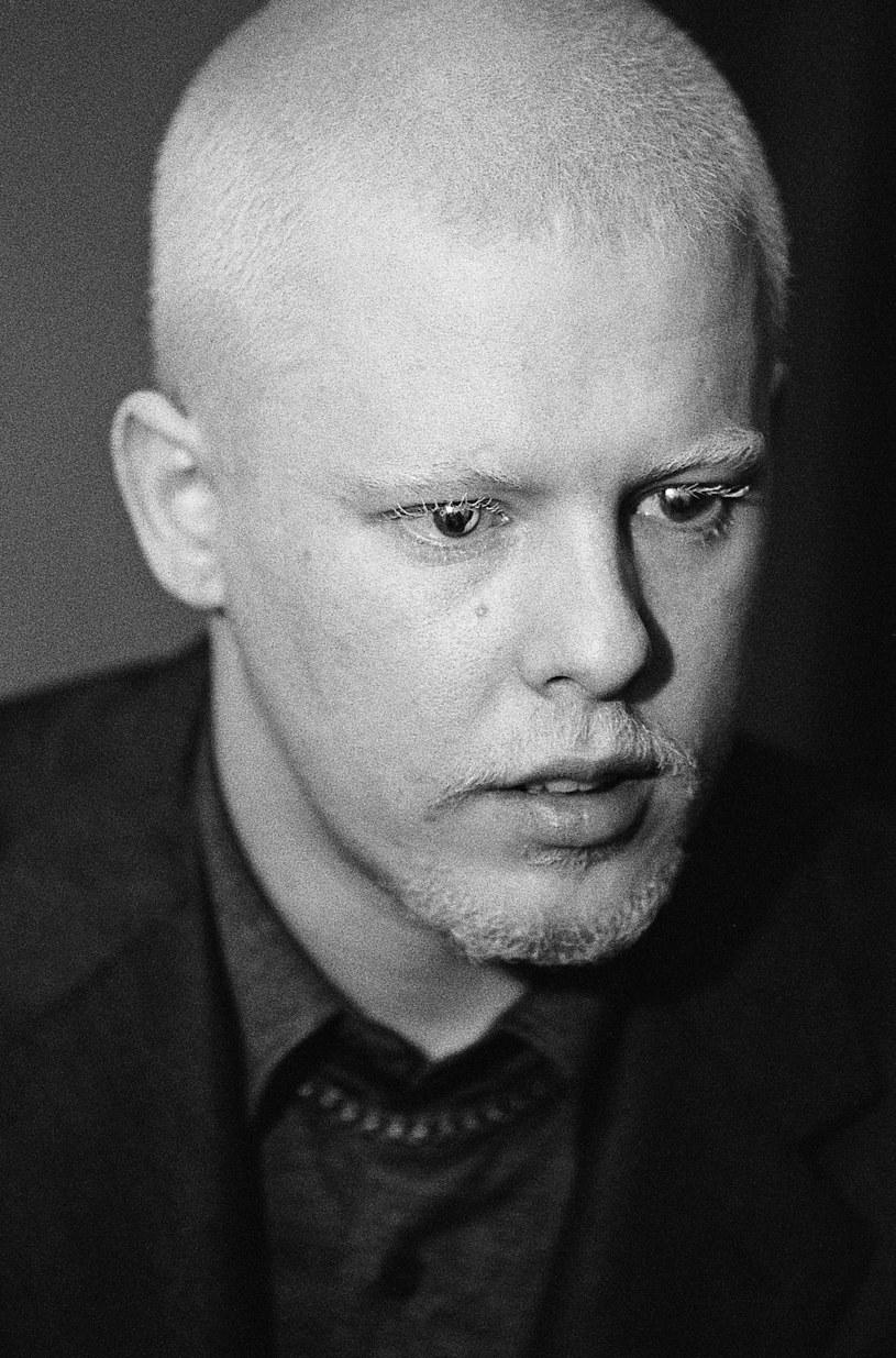 """Zrobiliśmy dokument o Alexandrze McQueenie, bo silnie przemówiło do nas, że wyglądał zwyczajnie, a był niezwykły. Był jednocześnie wielkim projektantem i zwykłym facetem - mówią Ian Bonhote i Peter Ettedgui, reżyserzy """"McQueena"""", którego od 20 lipca można oglądać w polskich kinach."""