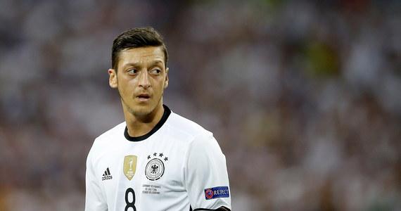 """Niemiecka Federacja Piłkarska (DFB) odrzuciła oskarżenia Mesuta Oezila, jakoby traktowała go w sposób dyskryminujący ze względu na jego tureckie pochodzenie. 29-letni pomocnik zrezygnował w niedzielę z gry w drużynie narodowej. Swoje stanowisko wobec oświadczenia piłkarza ogłosiła też rzeczniczka niemieckiego rządu. Sprawę skomentował również prezes Bayernu Monachium, który stwierdził, że """"on (Oezil - przyp. RMF FM) przez lata grał fatalnie""""."""