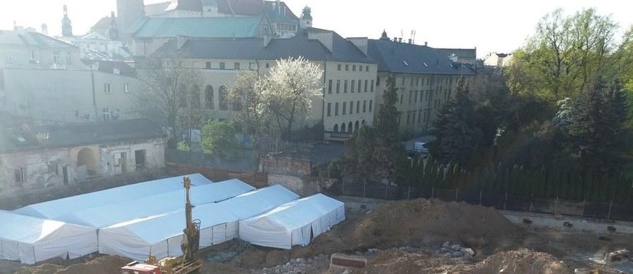 """Archeolodzy przez miesiąc pracowali przy budowie hotelu w centrum Krakowa bez zezwolenia - dowiedział się reporter RMF FM. """"To tylko formalność"""" - twierdzi Wojewódzki Konserwator Zabytków. Sprawą budowy nowego kompleksu przy ulicy Stradomskiej zajmuje się już prokuratura. Swoje kontrole przeprowadziły tu wcześniej różne instytucje - NIK, wojewoda oraz ministerstwo kultury. Ponadto trzy postępowania wyjaśniające w tej sprawie prowadzi Generalny Konserwator Zabytków."""