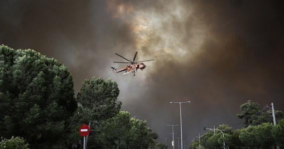 Stan wyjątkowy ogłoszono w dwóch rejonach Attyki, na wschód i zachód od stolicy Grecji, Aten. Szaleją tam pożary lasów sosnowych. Zginęło co najmniej pięć osób - o czterech informowała agencja Reuters, o jednej szef ateńskich służb ratunkowych. Spłonęło około 100 domów i 200 samochodów. Na wybrzeżu część ludzi została na plażach, odcięta przez ogień. Są wśród nich turyści z Polski.