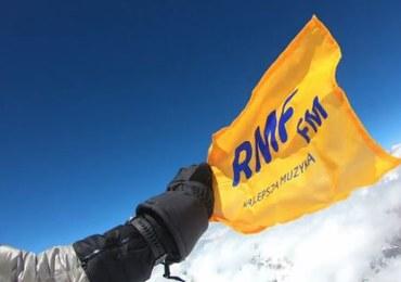 Andrzej Bargiel zabrał flagę RMF FM na K2: Pozdrawiam wszystkich słuchaczy. Hej!