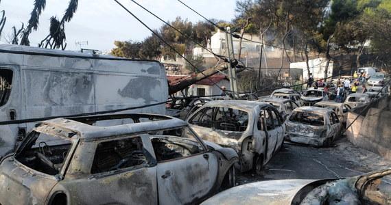Co najmniej 50 osób zginęło, a 156 zostało rannych na skutek pożarów szalejących w pobliżu Aten - podała Agencja Ochrony Cywilnej. W kraju ogłoszono stan wyjątkowy, premier skrócił zagraniczną wizytę, a rząd zwrócił się o pomoc do państw UE. Służby ratunkowe przekazały, że 11 rannych jest w stanie krytycznym, i ostrzegły, że bilans ofiar najpewniej będzie rósł wraz z napływaniem do władz kolejnych informacji. Wcześniej informowano o co najmniej 20 zabitych i 69 osobach, które trafiły do szpitala.