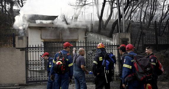Wśród ofiar pożarów w Grecji jest dwoje obywateli polskich; z bólem musimy potwierdzić tę informację - poinformował szef biura prasowego MSZ Artur Lompart. Dodał, że ambasada RP w Atenach wraz z biurem podróży zapewnia członkom rodziny pomoc psychologiczną.