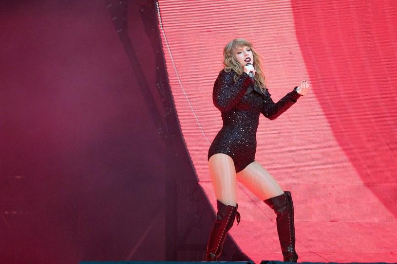 Taylor Swift potknęła się i upadła na scenie podczas koncertu w New Jersey w niedzielę 22 lipca.