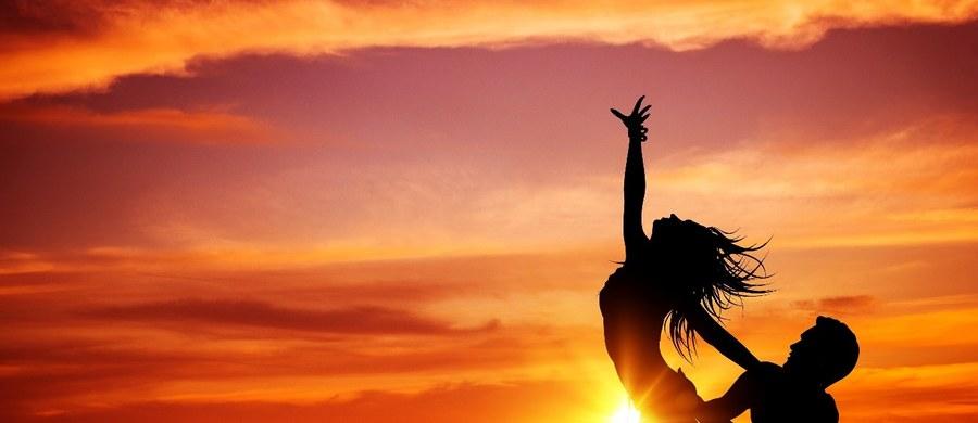 Wakacje to nie tylko czas odpoczynku, ale też okres beztroskiej zabawy. Świetną alternatywą dla treningu jest taniec i dobra zabawa w rytm muzyki. Szczególnie popularne w ostatnich latach stały się tańce latino i reggaeton, niezwykle dynamiczne i zmysłowe, wspaniale wpasowują się w wakacyjny klimat. Beztroski czas, ciepłe wieczory sprzyjają wieczornym szaleństwom. Taniec jest odpowiednią dawką ruchu dla osób w każdym wieku.