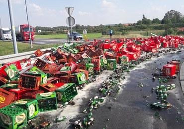 Smutny widok dla piwoszy. Setki butelek rozbiły się na drodze
