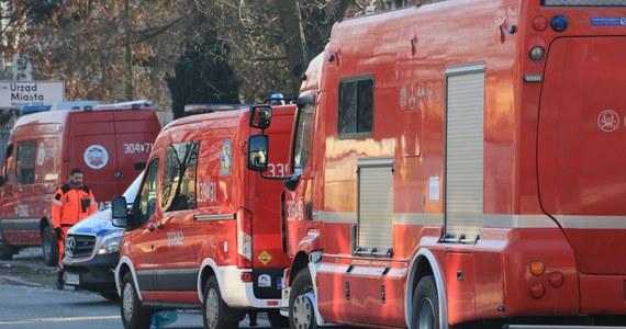 Po wycieku gazu z pękniętej rury w Kamiennej Górze (Dolnośląskie) służby ewakuowały 76 osób z dziewięciu domów wielorodzinnych. Strażacy monitorują stężenie gazu, a gazownicy próbują usunąć usterkę.