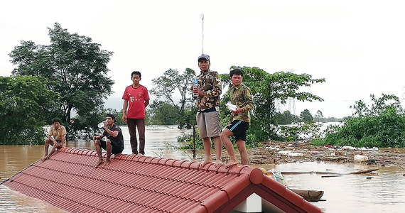 W Laosie trwa akcja ratunkowa po zawaleniu się budowanej tamy hydroelektrowni na południu kraju. Potwierdzono śmierć dwóch osób, a nieoficjalne szacunki władz mówią o 19 zabitych; kilkaset osób uznaje się za zaginione – podały lokalne media. Po runięciu tamy uwolnione zostało 5 mld metrów sześciennych wody, która zalała co najmniej siedem wsi, pozbawiając dachu nad głową ponad 6,6 tys. ludzi. Laotańska agencja prasowa KPL informowała, że w wyniku katastrofy zaginęły setki osób.