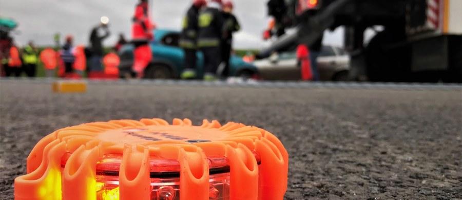 Cztery osoby - w tym dwoje dzieci - zostało rannych w wyniku dachowania samochodu osobowego na autostradzie A1 pomiędzy węzłami Kutno-Północ i Kowal. Droga była zablokowana przez kilka godzin