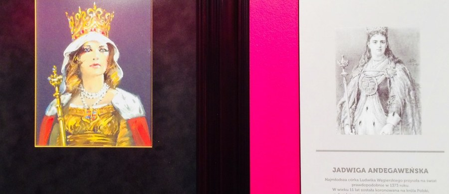 """49 portretów władców Polski autorstwa Waldemara Świerzego w zestawieniu z 42 rysunkami Jana Matejki z albumu """"Poczet królów i książąt polskich"""" - będzie można od piątku 27 lipca oglądać w Muzeum Miasta Łodzi. Wystawa obrazów i rysunków wzbogacona jest o wątek kinowy, który tworzą kostiumy i plakaty z filmów, poświęconych polskim królom."""