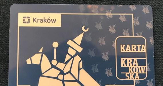 """W stolicy Małopolski 1 sierpnia zacznie działać Karta Krakowska. Jej posiadacze będą mogli liczyć na tańsze bilety MPK, a także zniżki w instytucjach kultury i firmach, które przyłączyły się do programu. Wnioski o wydanie karty są przyjmowane od 1 lipca. Do dziś złożyło je prawie 53 tys. osób. """"Chcemy, żeby ten program był atrakcyjny dla wszystkich"""" – mówił prezydent miasta Jacek Majchrowski."""