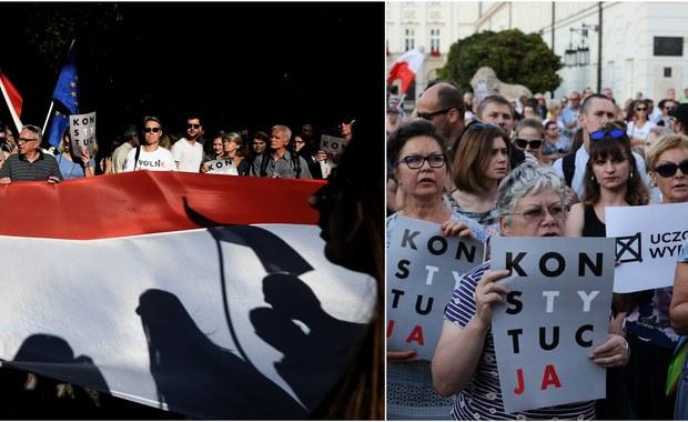 """Od czasów historycznego przełomu 1989 roku chyba nie mówiło się w Polsce o demokracji tak dużo jak w ciągu minionych 12 miesięcy, nie odmieniano demokracji przez wszystkie przypadki, nie wyrażano związanych z nią nadziei i obaw. O ile jednak wtedy mówiono głównie o przywracaniu demokracji, teraz najczęściej słyszymy o tym, że demokrację się łamie. Mam przekonanie, graniczące z pewnością, że gdyby wtedy demokrację przywrócono faktycznie, a nie na niby, teraz już o żadnym jej łamaniu nie byłoby mowy. Jeśli ktoś histeryzuje teraz, że obywatelom """"nie chce się"""" w obronie demokracji wychodzić na ulicę, niech zdaje sobie sprawę, że winę za to ponosi ówczesny okrągłostołowy kompromis i sposób, w jaki III RP realizowała jego, ukrywane przed obywatelami, postanowienia."""