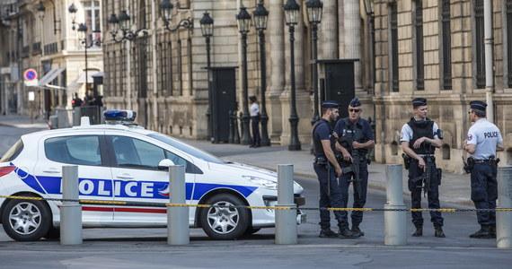 Francuska policja przeprowadziła rewizję w Pałacu Elizejskim! Śledczy przeszukali biuro byłego wiceszefa kancelarii prezydenta Emmanuela Macrona, Alexandre'a Benalli, wokół którego wybuchł w ostatnim czasie potężny skandal polityczny. Przypomnijmy: w czasie pierwszomajowego protestu licealistów Benalla przebrał się za policjanta i pobił dwoje uczestników demonstracji. Środowa rewizja w Pałacu Elizejskim trwała - jak ujawniła policja - prawie dwie godziny.