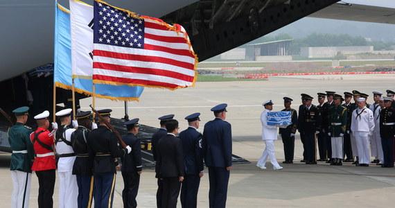 Korea Północna przekazała USA szczątki amerykańskich żołnierzy, którzy zginęli podczas wojny koreańskiej - poinformował Biały Dom. Samolot wojskowy amerykańskiej armii przetransportował je z KRLD do bazy w Korei Południowej.