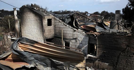 Ratownicy a także rzesze ochotników chodzą od spalonego domu do domu i szukają ciał ofiar pożaru. Wiele osób wciąż uznaje się za zaginione. W pożarach – które jak twierdzą greckie władze były spowodowane celowym podpaleniem – zginęły w nocy z poniedziałku na wtorek 83 osoby, setki są rannych. Ogień strawił 2,5 tysiąca domów.