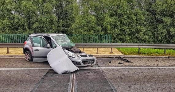 Całkowicie zablokowana była autostradowa obwodnica Krakowa w stronę Katowic. W okolicach węzła Bielany zderzyły się trzy samochody osobowe i jeden dostawczy. Jedna osoba zginęła, a jedna jest ranna. Problemy były także na A2.