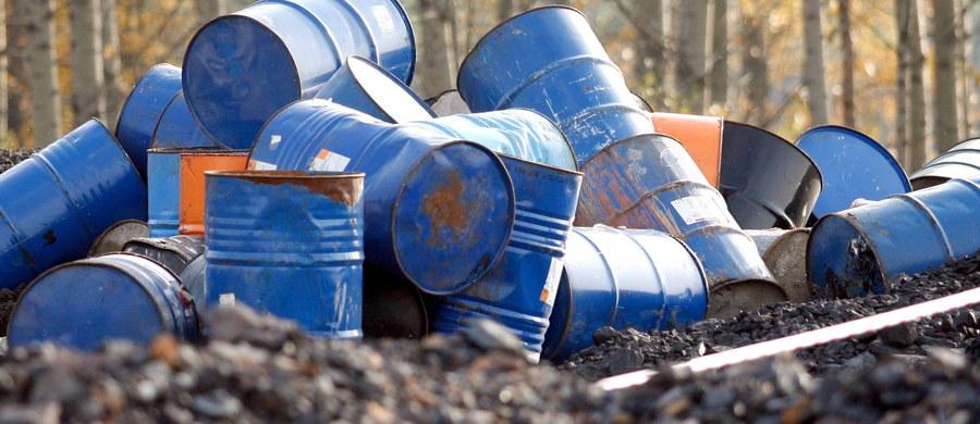 Policja skierowała do prokuratury sprawę nielegalnego składowiska odpadów chemicznych w Zawierciu. W hali magazynowej po dawnej przędzalni znaleziono ponad 3 tysiące plastikowych zbiorników i metalowych beczek z chemikaliami.