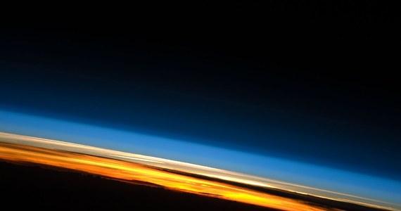 """Granica kosmosu może przebiegać niżej, niż do tej pory uważaliśmy, przekonuje na łamach czasopisma """"Acta Astronautica"""" Jonathan C. McDowell, astrofizyk z Harvard-Smithsonian Center for Astrophysics. Wyniki przeprowadzonych przez niego analiz lotów satelitów wskazują, że o przestrzeni kosmicznej możemy mówić już od poziomu 80 kilometrów nad powierzchnią Ziemi. Do tej pory powszechnie uznawano, że kosmos zaczyna się od wysokości 100 kilometrów, umownego poziomu nazywanego Linią Karmana."""